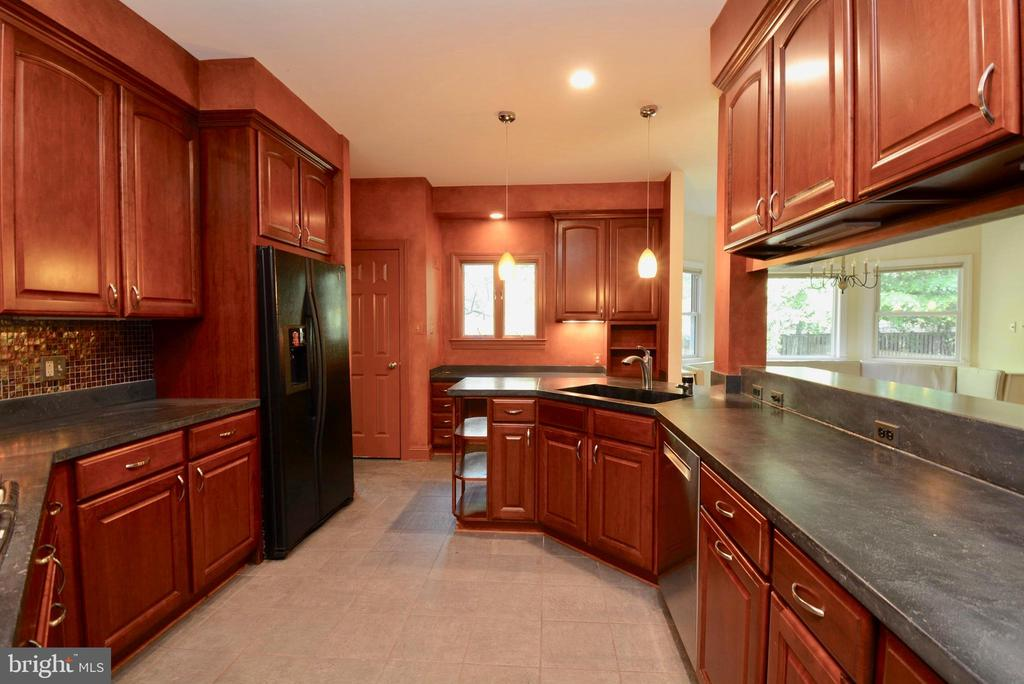 Gourmet Kitchen - 6013 CHAPMAN RD, LORTON