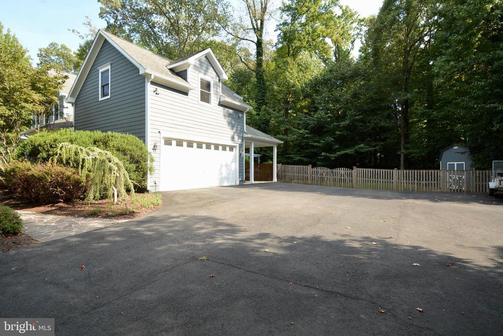 Side-Load Garage + space for RV, Trailer, Boat - 6013 CHAPMAN RD, LORTON