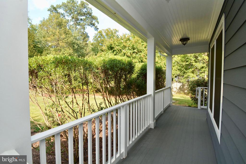 Welcoming Front Porch - 6013 CHAPMAN RD, LORTON