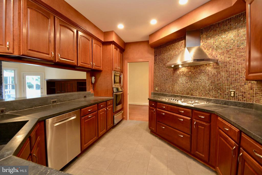 Lots of Counter Space - 6013 CHAPMAN RD, LORTON