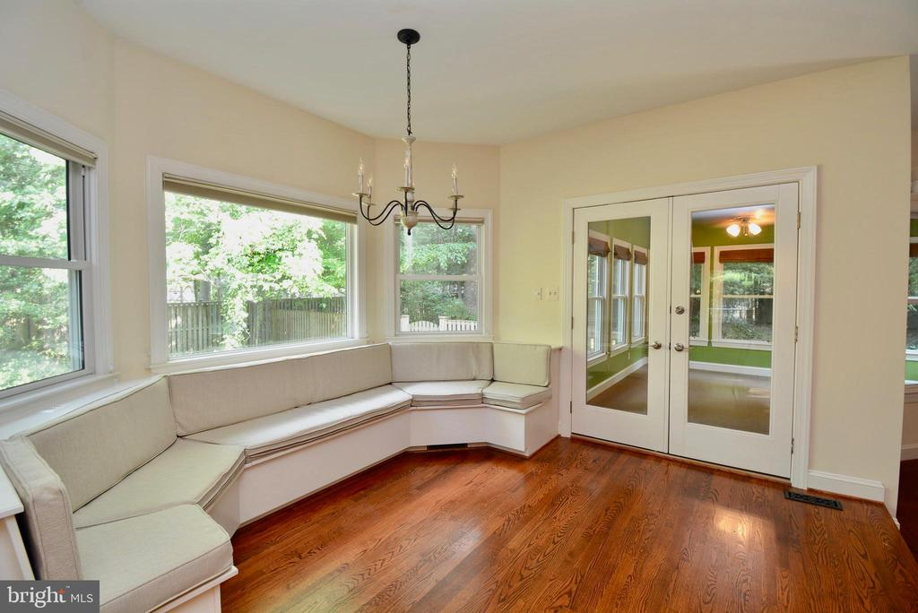 Eating Area with Built-In Seating - 6013 CHAPMAN RD, LORTON