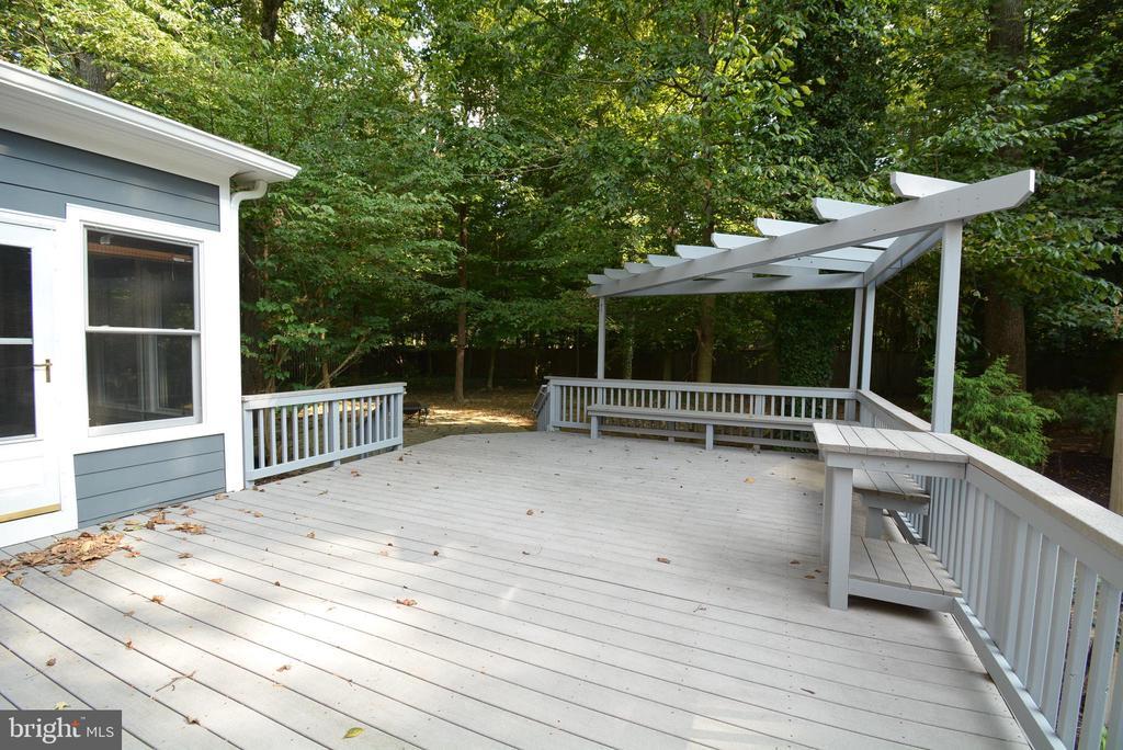 Large Deck w/Trellis - 6013 CHAPMAN RD, LORTON