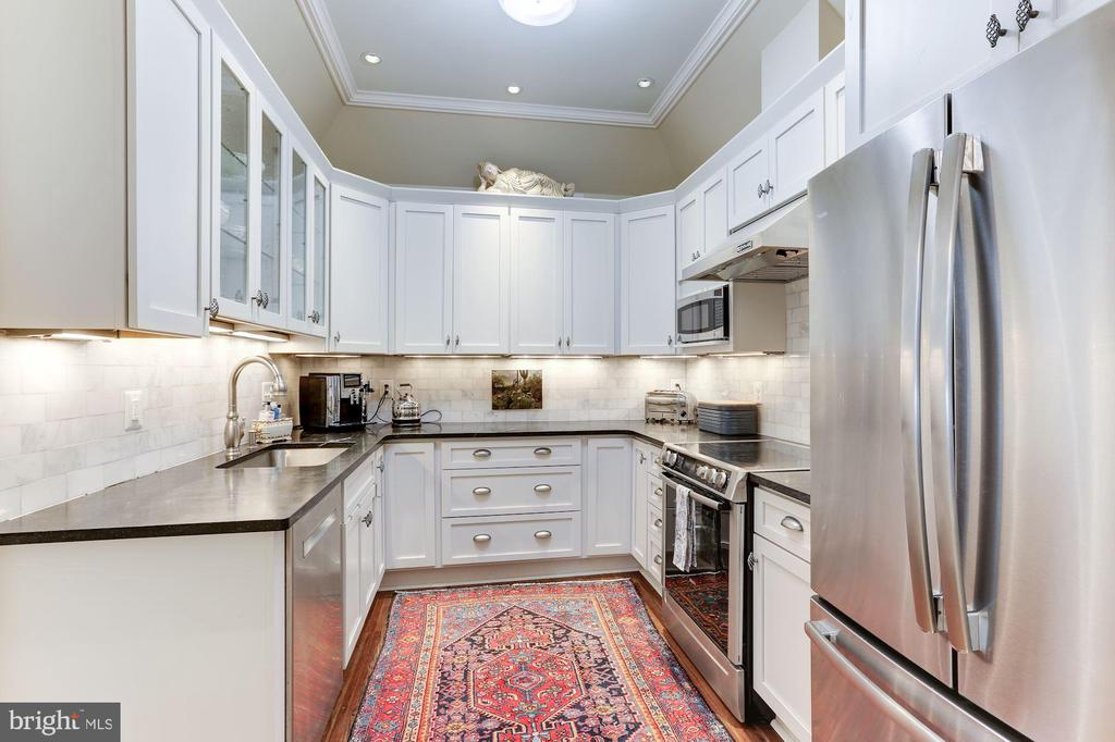 Recessed lighting and stainless steel appliances - 702 PRINCE ST, ALEXANDRIA