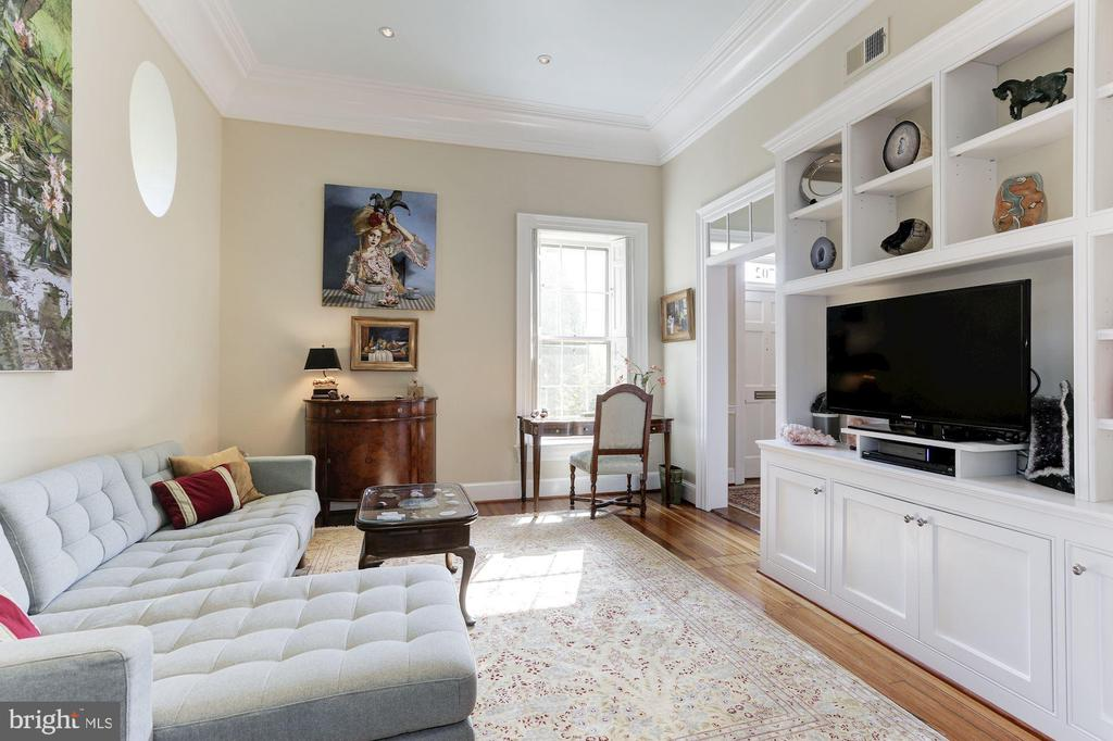 Study with built-in cabinetry and bookcases - 702 PRINCE ST, ALEXANDRIA