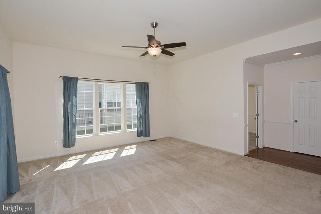 Family room with ceiling fan - 10306 SPRING IRIS DR, BRISTOW