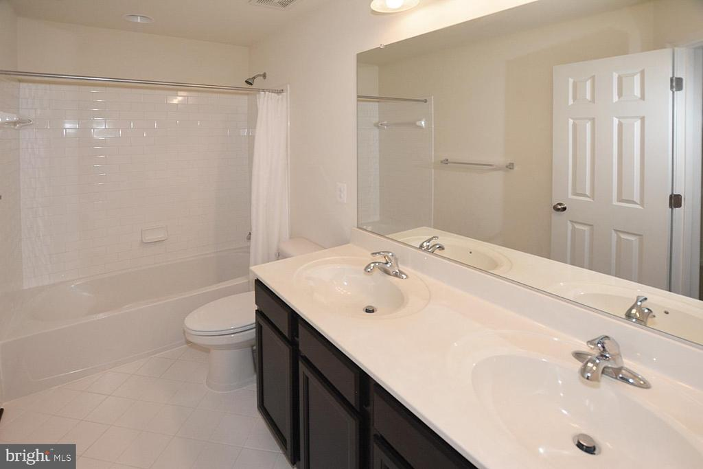 Upstair hall bath with double vanity - 10306 SPRING IRIS DR, BRISTOW