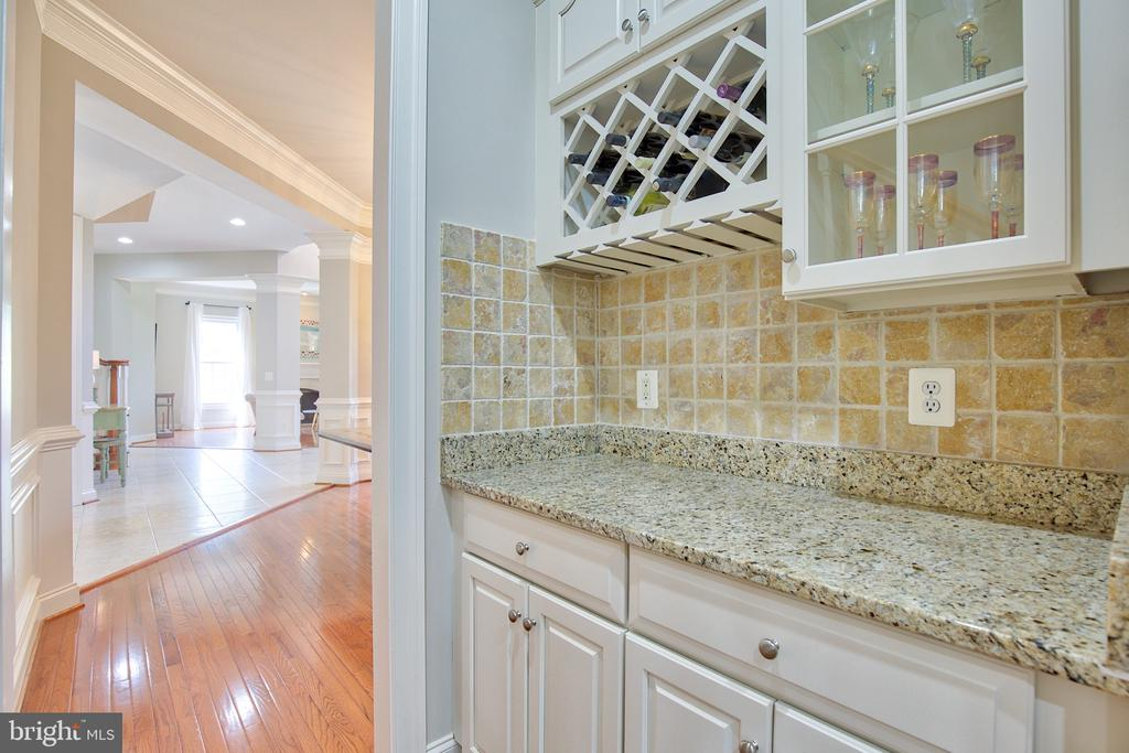 Butler's pantry between the kitchen and dining are - 40771 BLACK GOLD PL, LEESBURG