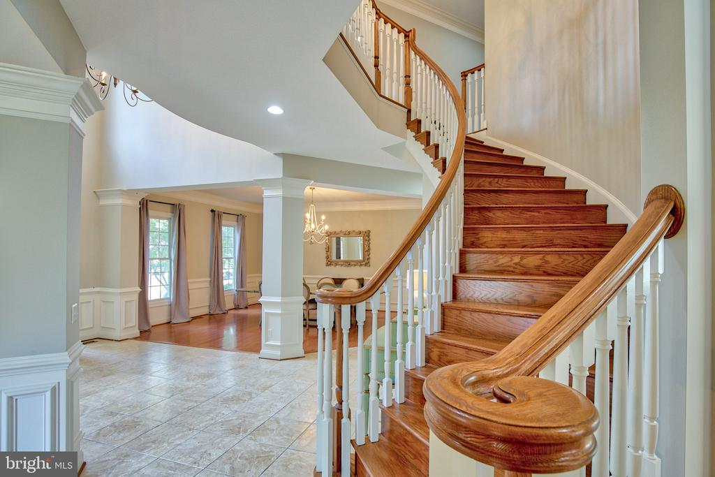 Beautiful oak staircase and extra high balusters - 40771 BLACK GOLD PL, LEESBURG