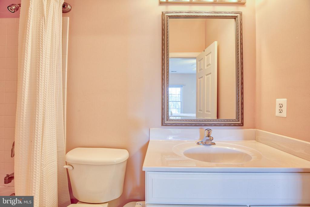 Ensuite Bath for Bedroom 3 - 40771 BLACK GOLD PL, LEESBURG