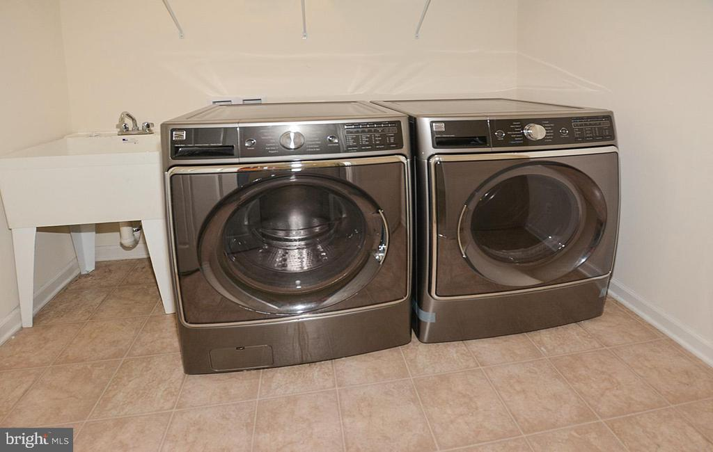 Upstairs laundry room room with utility sink. - 10306 SPRING IRIS DR, BRISTOW
