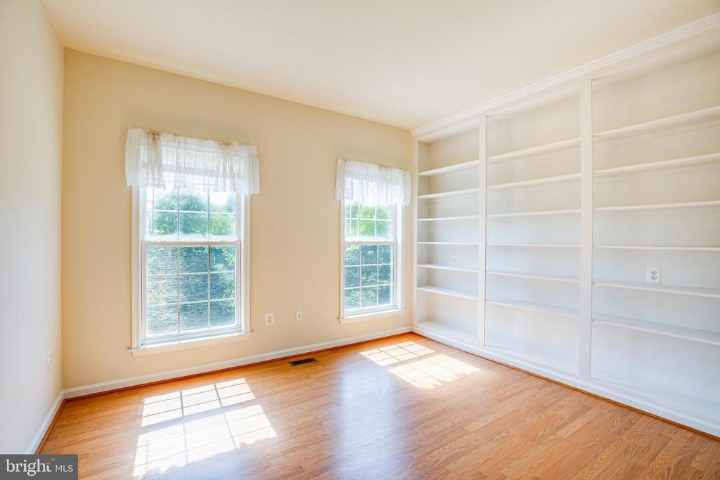 1st Floor Bedroom with built-ins - 92 BRUSH EVERARD CT, STAFFORD