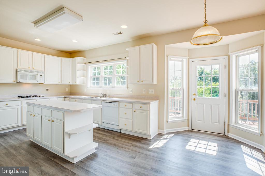 Kitchen offers plenty of room for everyone - 92 BRUSH EVERARD CT, STAFFORD