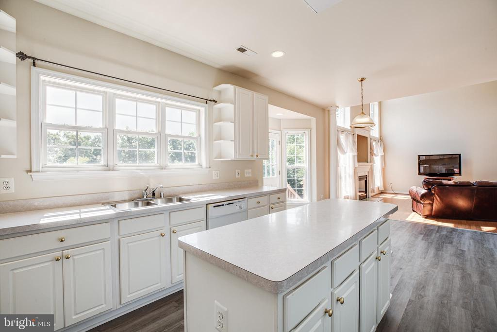 Center island is great for entertaining - 92 BRUSH EVERARD CT, STAFFORD