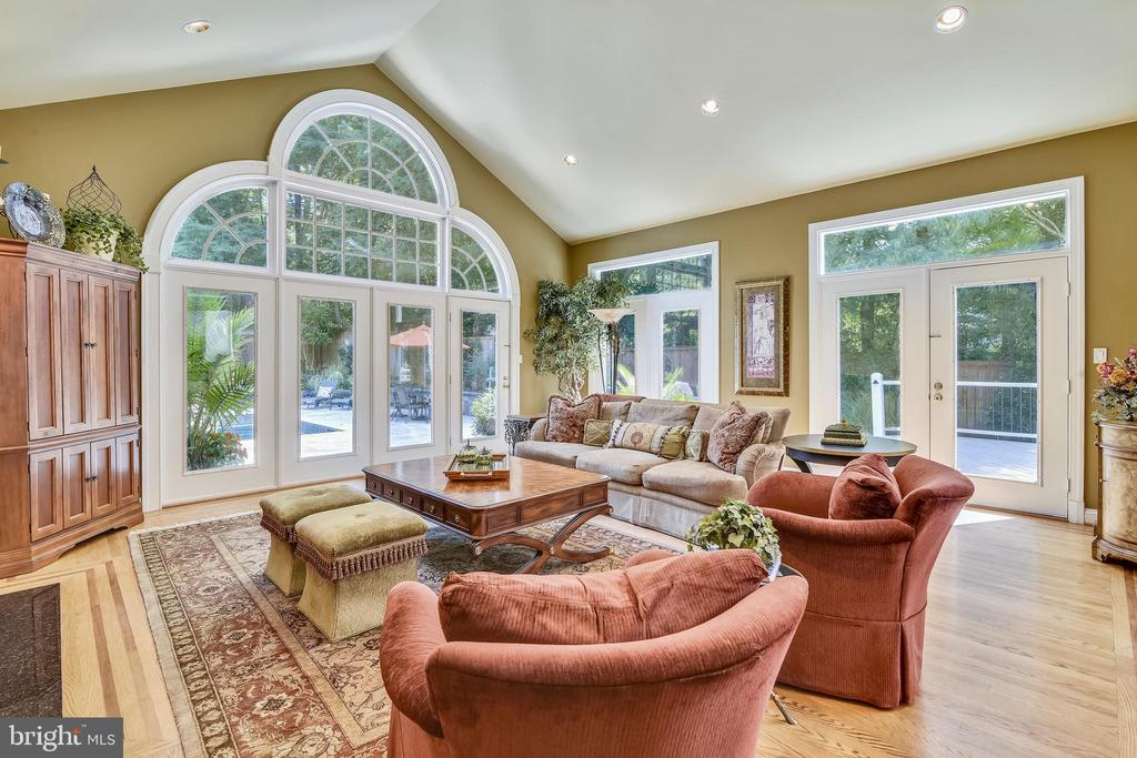 Warm family room - 12303 BLAIR RIDGE RD, FAIRFAX