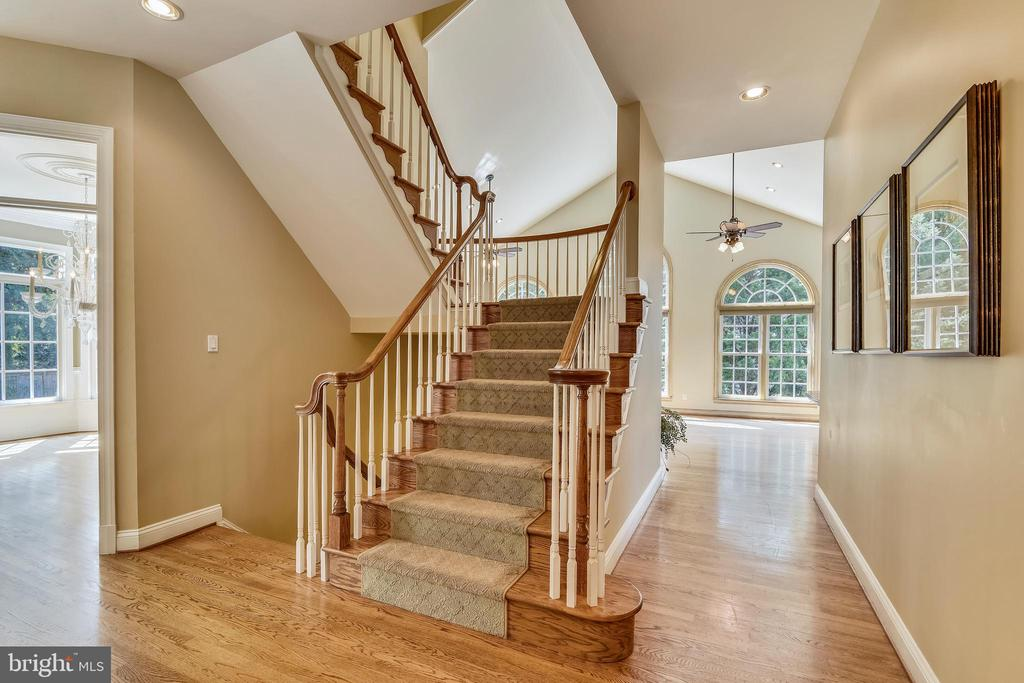 Sweeping stairway - 12303 BLAIR RIDGE RD, FAIRFAX
