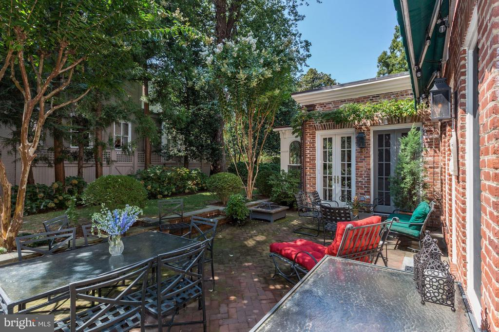 Brick patio for al fresco dining and relaxing - 209 S LEE ST, ALEXANDRIA
