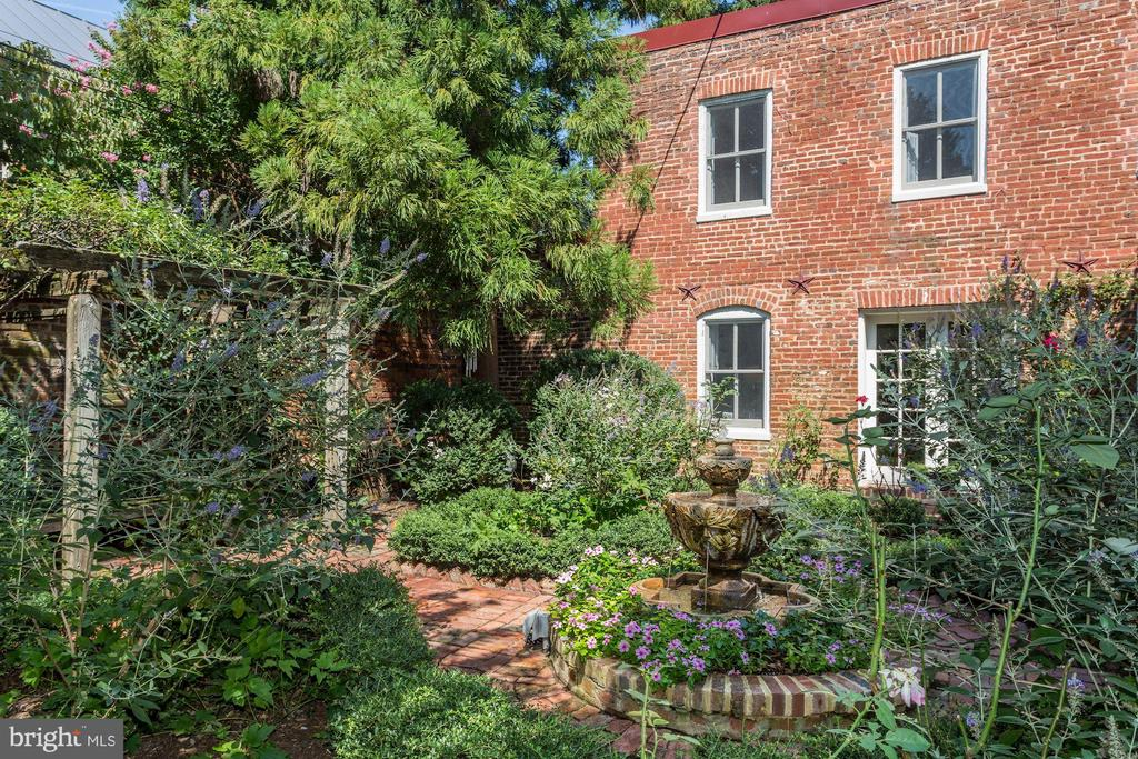Carriage House with trellis and fountain views - 209 S LEE ST, ALEXANDRIA