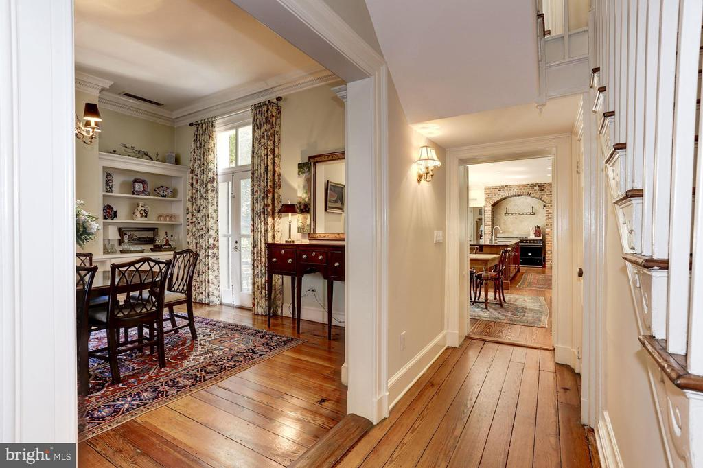 Gracious hallway with heart pine floors - 209 S LEE ST, ALEXANDRIA