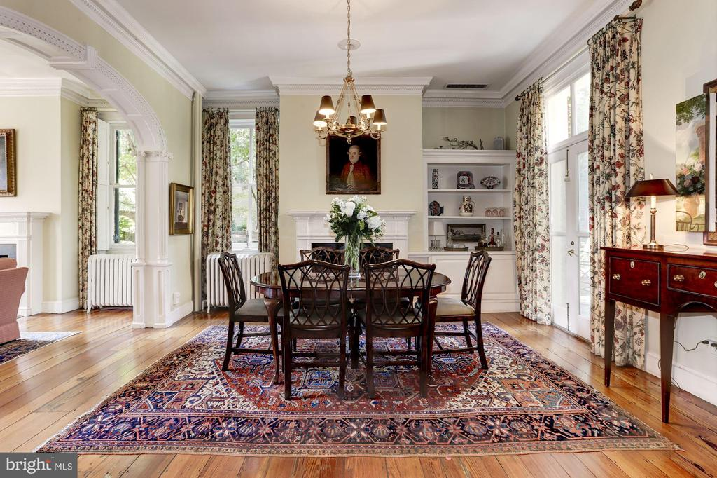 Formal dining room with decorative moldings - 209 S LEE ST, ALEXANDRIA