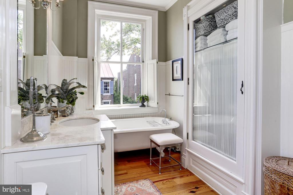 Bead board bathroom w/original glass front cabinet - 209 S LEE ST, ALEXANDRIA