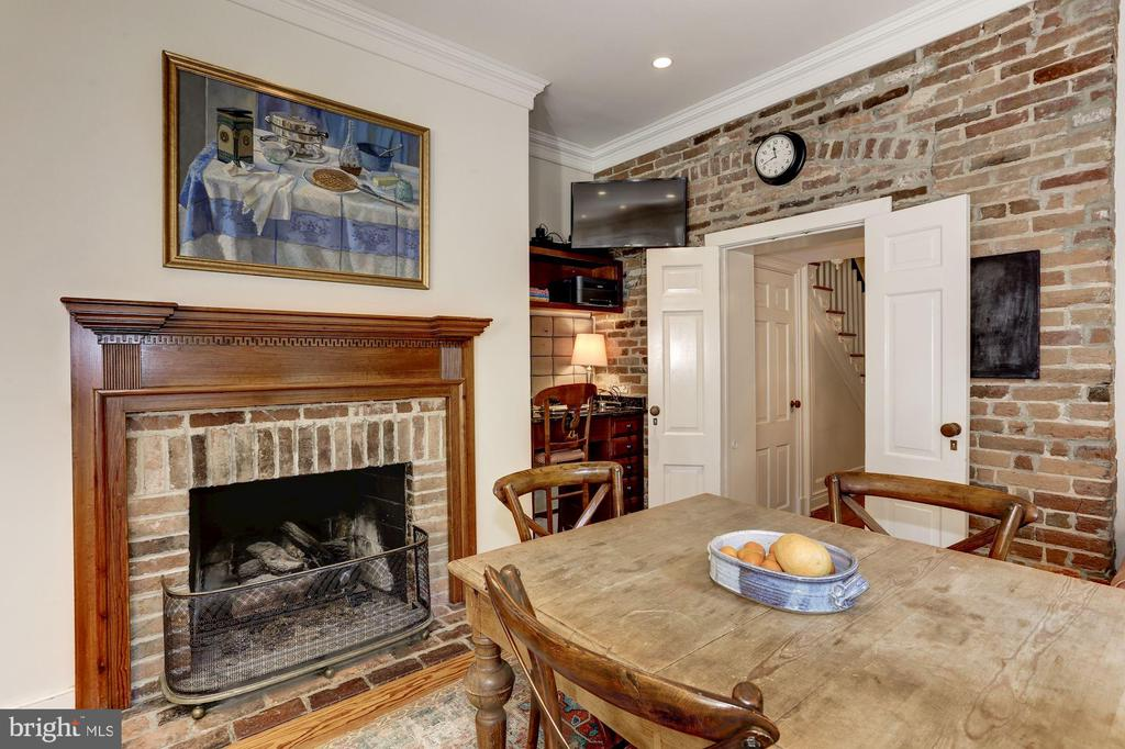 Breakfast Room with gas burning fireplace - 209 S LEE ST, ALEXANDRIA