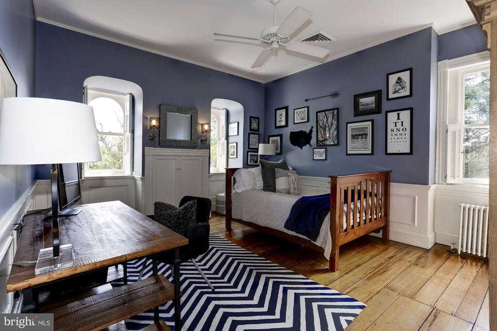 Stylish Bedroom with arched windows - 209 S LEE ST, ALEXANDRIA