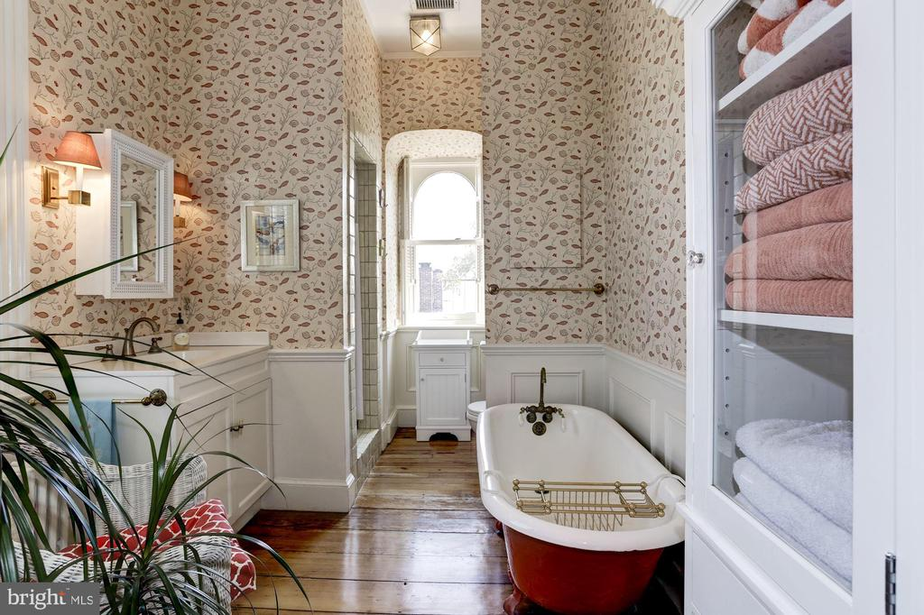 Top hall bathroom with shower and claw foot tub - 209 S LEE ST, ALEXANDRIA