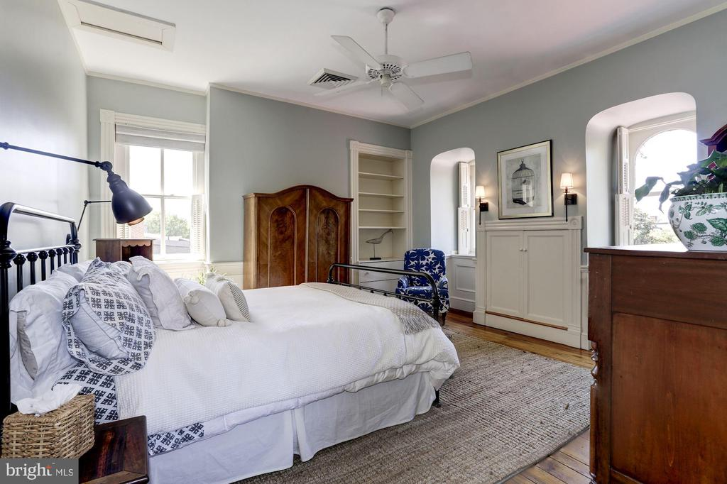 Generously sized top floor bedroom - 209 S LEE ST, ALEXANDRIA