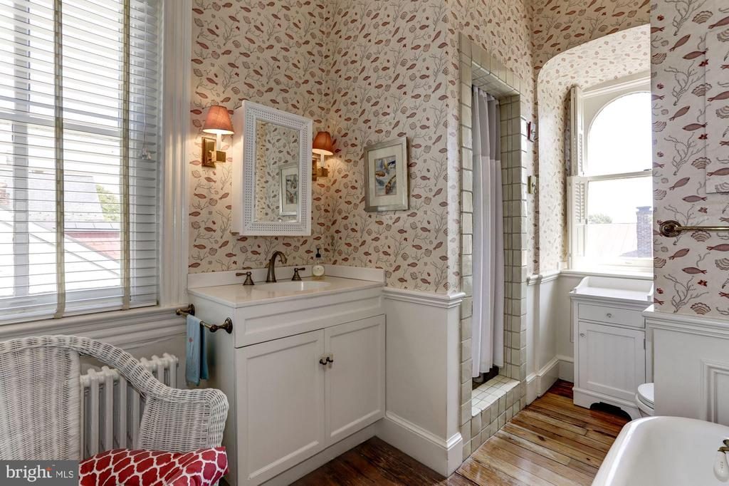 Charming top floor hall bathroom - 209 S LEE ST, ALEXANDRIA