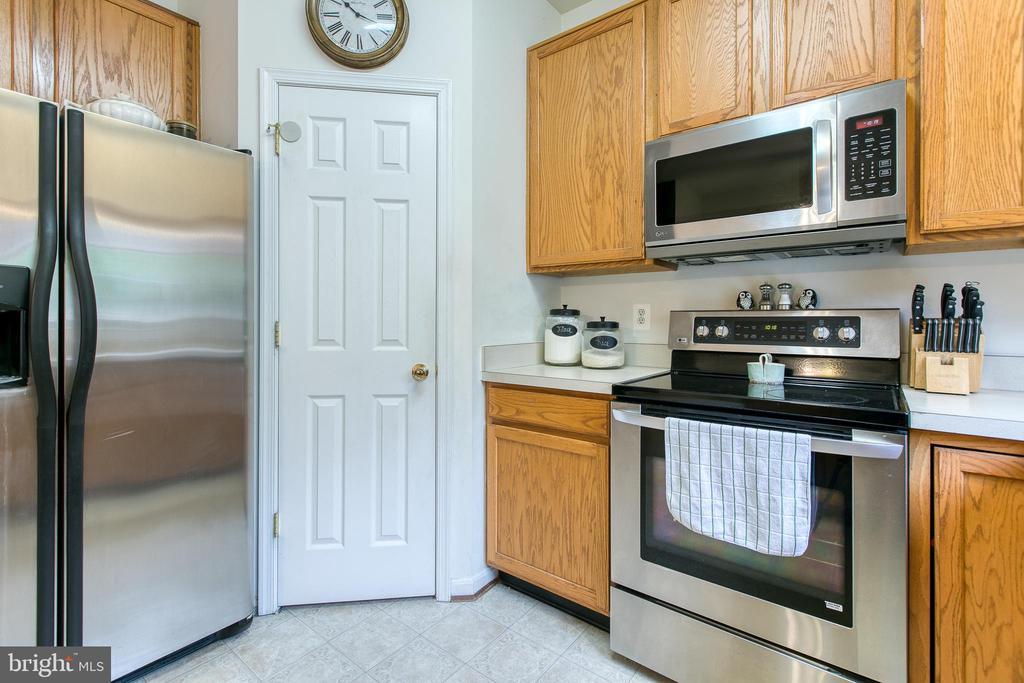 Kitchen with pantry - 10864 DEPOT DR, BEALETON