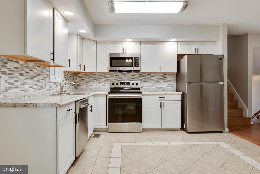 lovely kitchen - 105 ELEY RD, FREDERICKSBURG