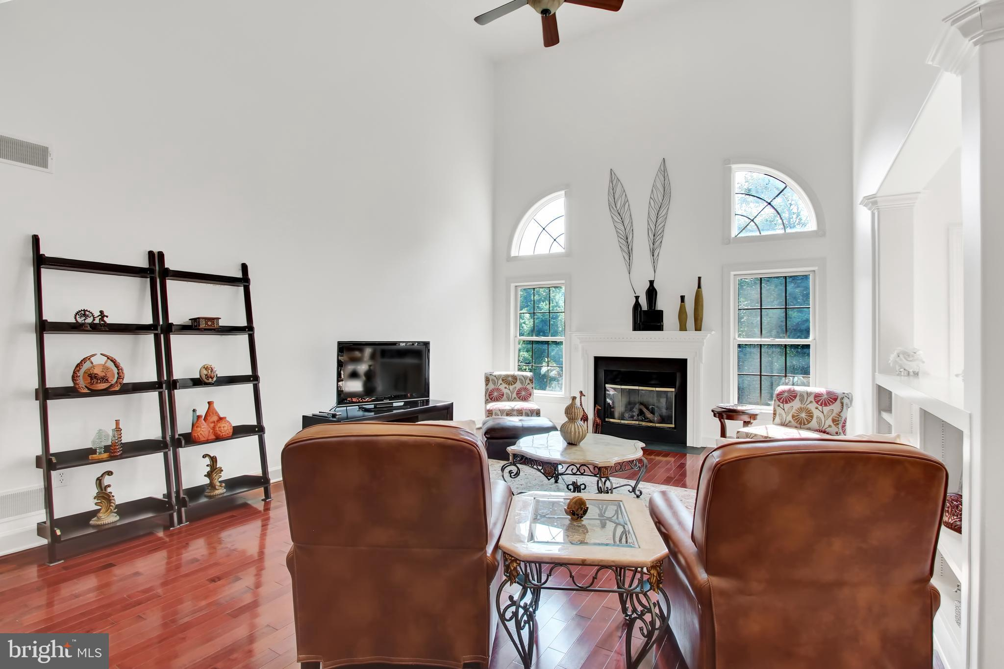 Open living room, high vaulted ceiling