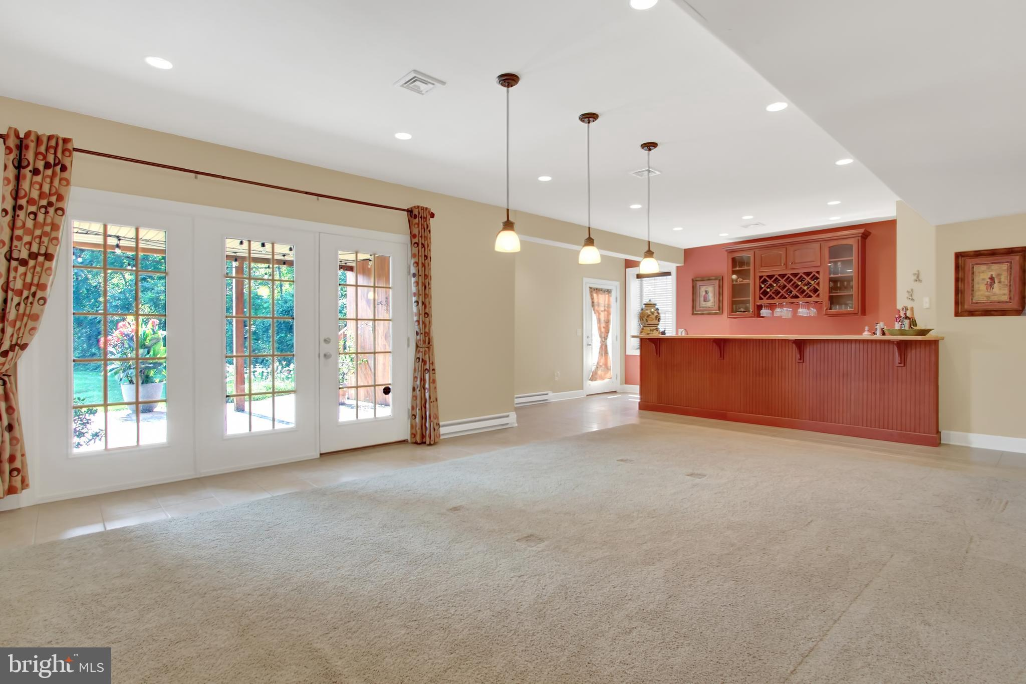 Huge, open space, 9' ceilings, perfect for guests