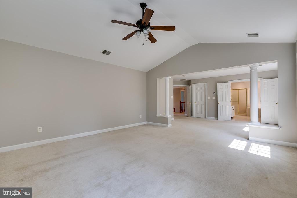 Large Master Bedroom Suite - 43349 ROYAL BURKEDALE ST, CHANTILLY