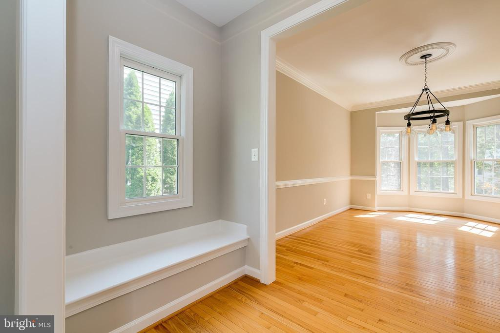 Freshly Painted - 43349 ROYAL BURKEDALE ST, CHANTILLY