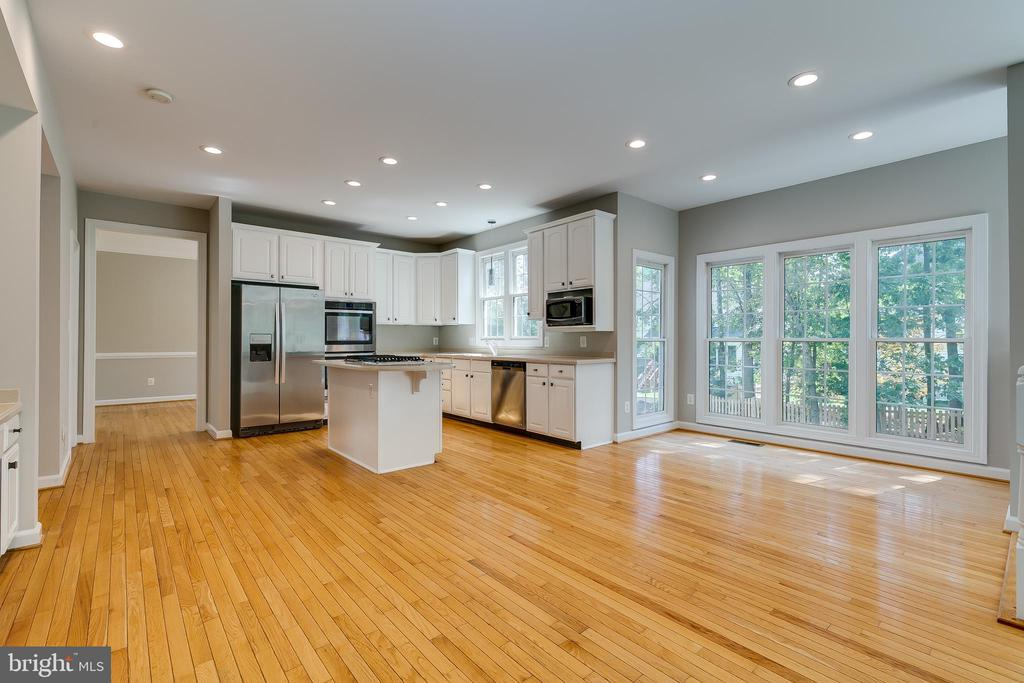 Updated Kitchen with Breakfast Room - 43349 ROYAL BURKEDALE ST, CHANTILLY