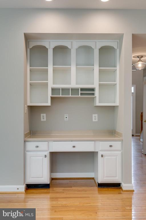 Built-In Cabinets - 43349 ROYAL BURKEDALE ST, CHANTILLY