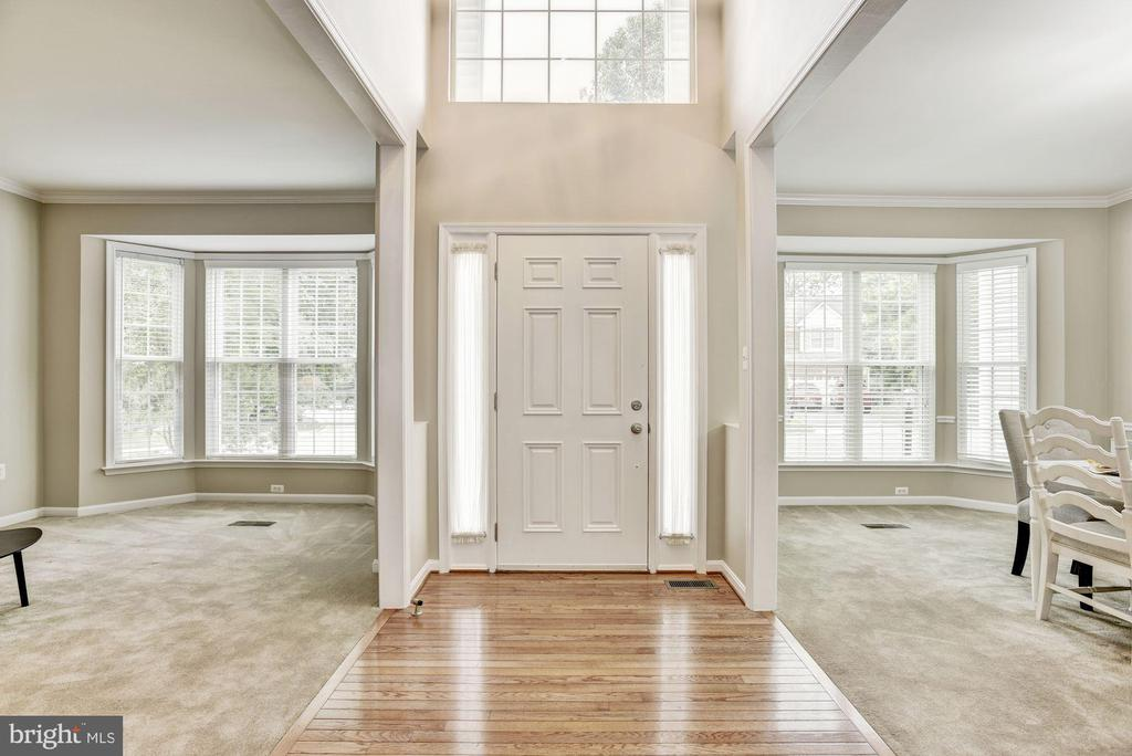 Bright and neutral interior with fresh paint - 42944 DEER CHASE PL, ASHBURN