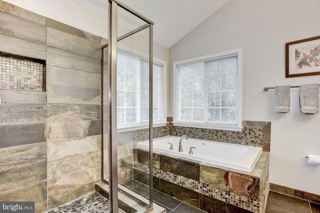 Master bathroom with soaking tub & separate shower - 42944 DEER CHASE PL, ASHBURN