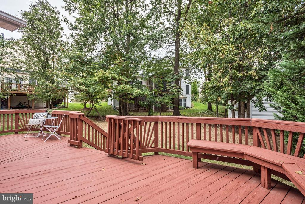 The deck overlooks the flat backyard - 42944 DEER CHASE PL, ASHBURN
