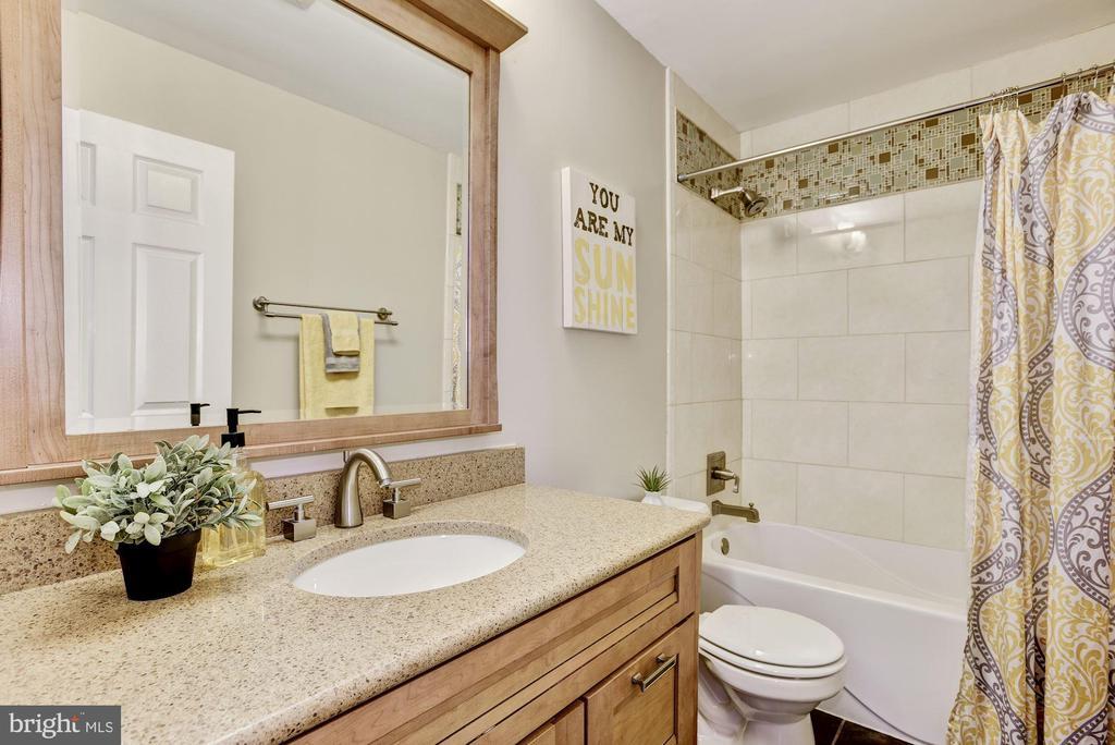 Hall bath - 42944 DEER CHASE PL, ASHBURN