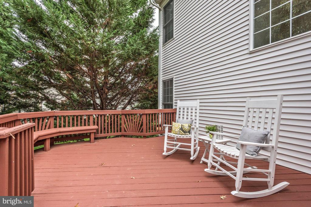 Large deck  located off of the kitchen - 42944 DEER CHASE PL, ASHBURN