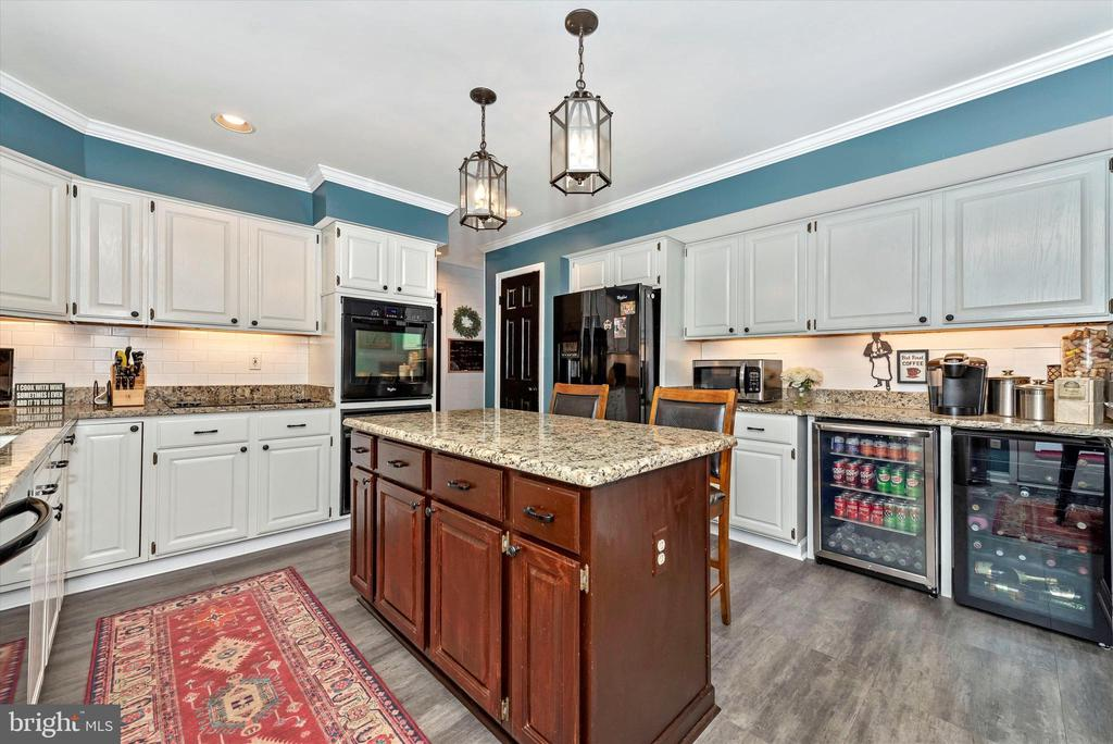 Gourmet kitchen with luxury vinyl plank flooring - 5193 ALMERIA CT, MOUNT AIRY