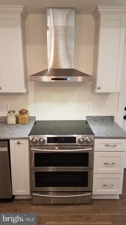 Range with 2 Ovens and Hood Vents to the Outside - 5216 OLD MILL RD, ALEXANDRIA