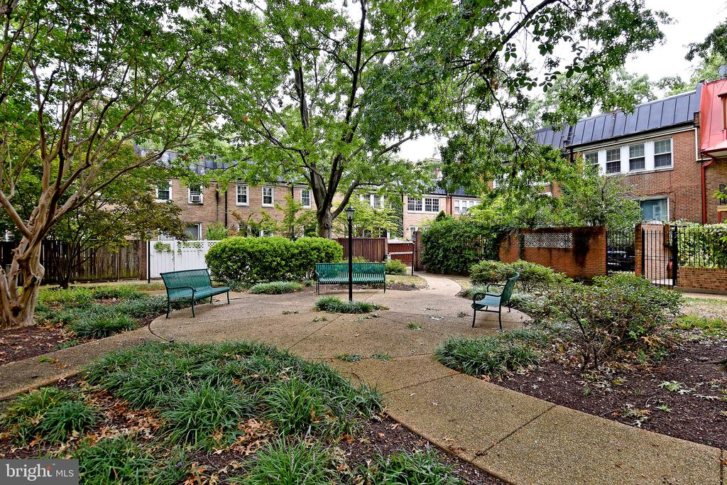 Courtyard - 608 4TH PL SW, WASHINGTON