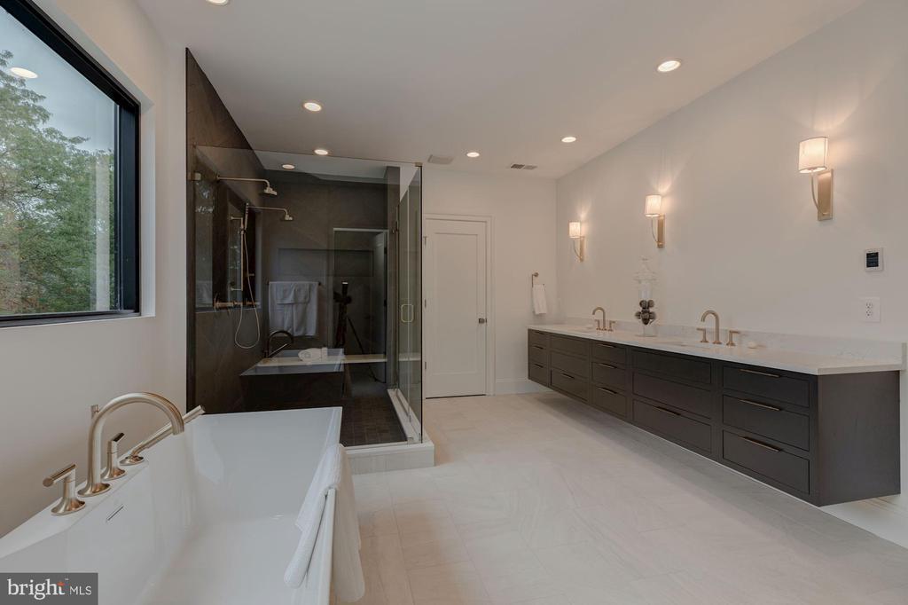 Master Bath - Dual Water Closets - 3127 18TH ST N, ARLINGTON