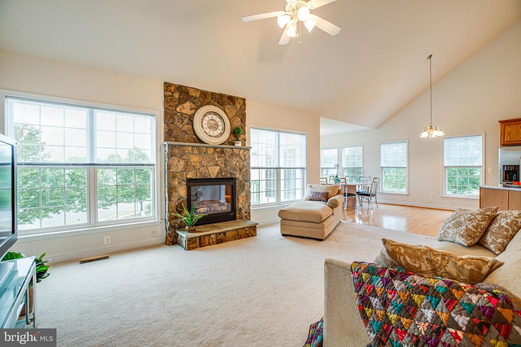 Light filled Great Room with blinds on all windows - 12 GABRIELS LN, FREDERICKSBURG
