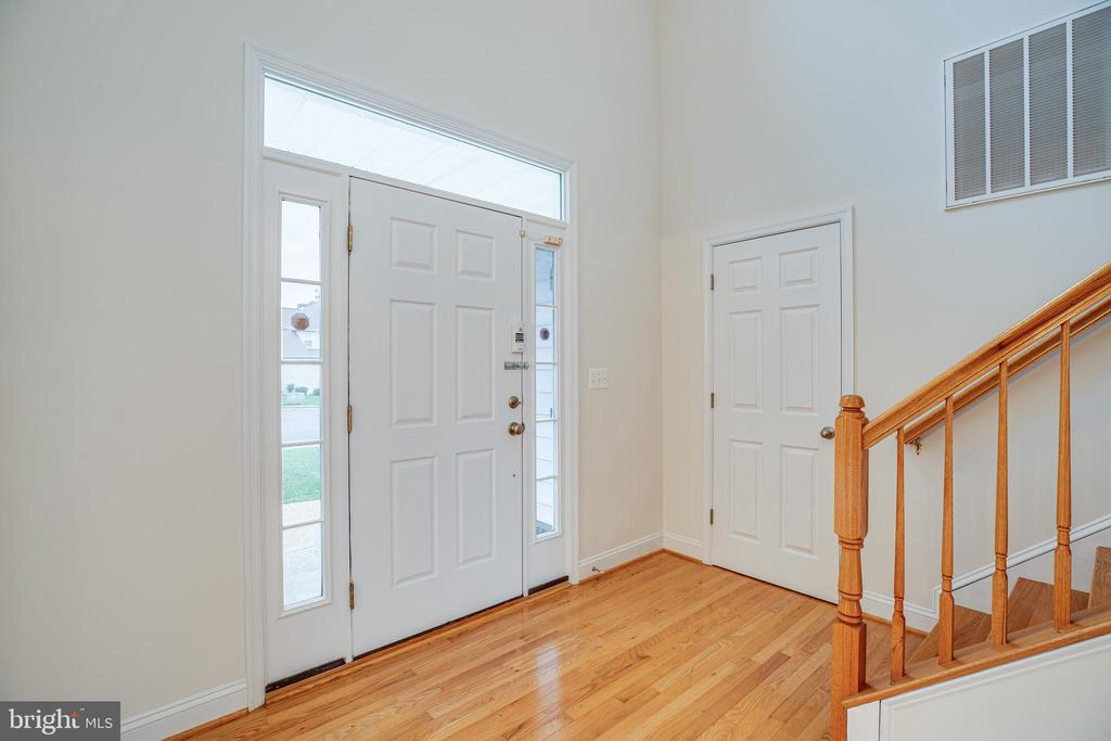 Traditional entry leads to contemporary interior - 12 GABRIELS LN, FREDERICKSBURG