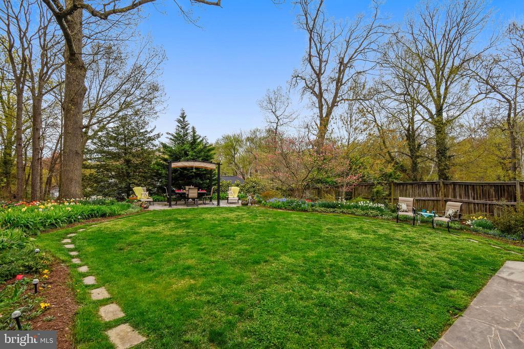 Large. lush & flat garden! - 912 W BRADDOCK RD, ALEXANDRIA