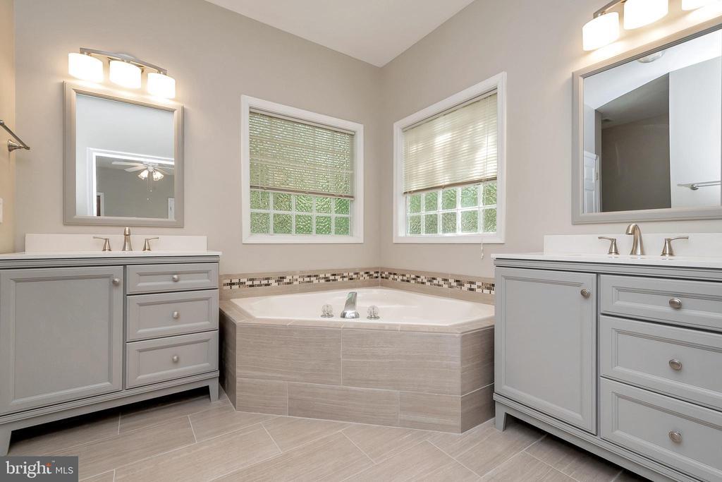 Master bath with soaking tub - 308 WILDERNESS DR, LOCUST GROVE